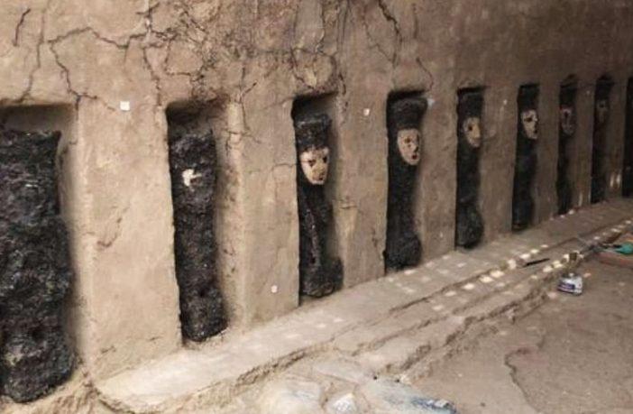 Peru Chan Chan Arkeolojik Bölgesi'ndeki Ürkütücü Maskeler